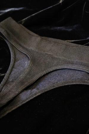 Fekete bugyi strasszköves díszítéssel